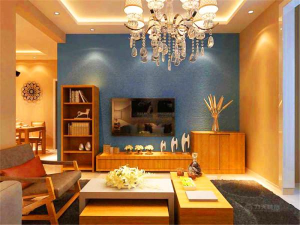 客厅地面采用白色玻化砖,显得空间明亮,墙面采用米黄色乳胶漆,电视背景墙采用蓝色乳胶漆,增加视觉亮点,沙发和茶几以及电视柜子都是采用统一木材制作,使家具色彩整齐统一,空间和谐美观