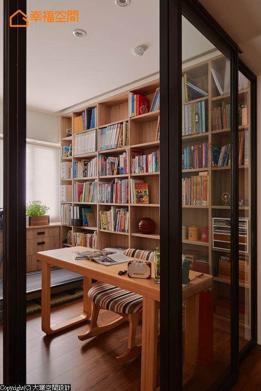 除阅读机能外,彩光明亮的书房空间也摆放跑步机。