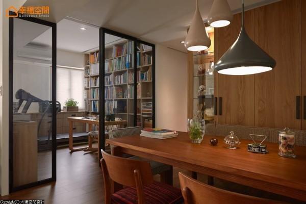 书籍与生活杂物繁多,设计者创造原格局中缺乏的展示收纳机能。
