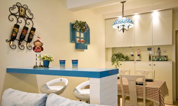 四张椅子,一桌方布,温馨满溢。蓝色吧台,浪漫尽显。