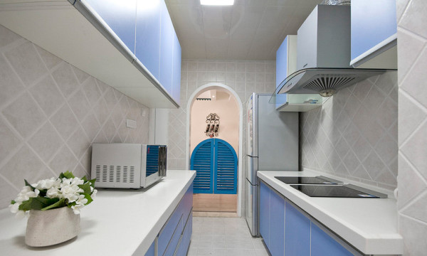 干净的纯白瓷片,拱形圆门,厨房整齐大方。