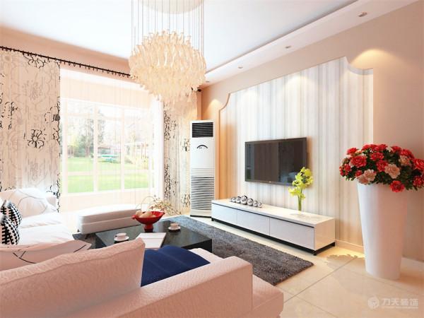 沙发墙部分则采用了两幅大型挂画,让空间色彩丰富起来,在电视背景墙部分,石膏线的划分将银色的镜子与壁纸拼接起来,层次分明,简单大方。