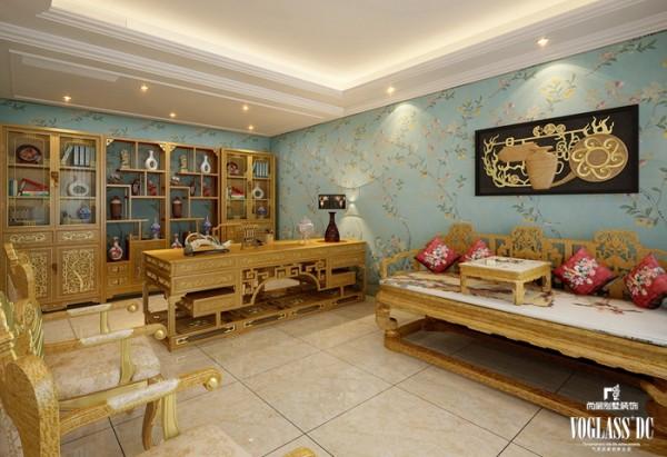 会客厅用家具和软装饰来营造整体效果。金色的实木家具,色彩鲜艳的布艺沙发,成为会客厅里的主角。选用的淡雅壁纸,为整个空间营造出清新的风格。