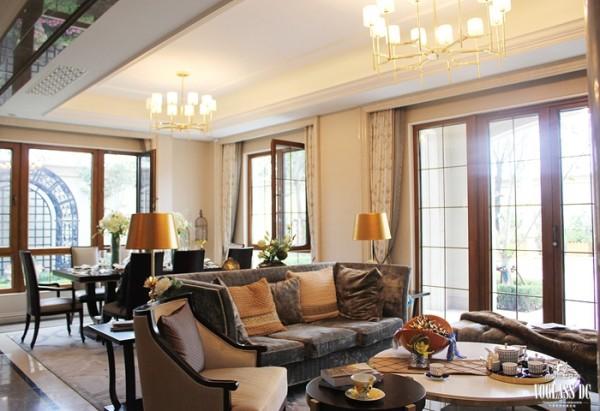 沙发、茶几、餐桌、餐椅运用或直或弯的线条,实木的质地端庄而厚重,灰色、棕色点缀在奶白色的空间中,温暖、浪漫。