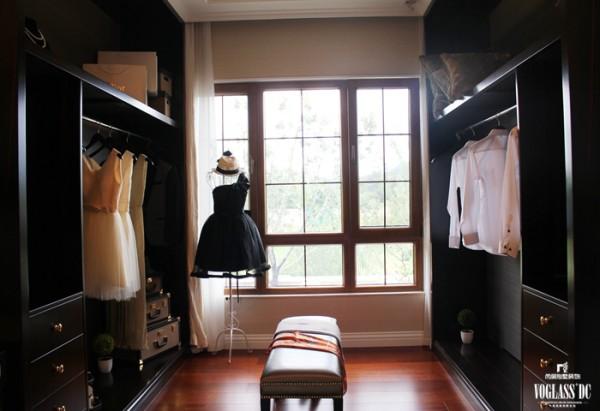 衣帽间也没有太多繁复的花纹,最简单的实木衣柜,一张软椅,一面落地的大镜子,最舒适的更衣环境就产生了。深棕色、棕色、浅棕色、奶白色依次排序,舒适而简单。