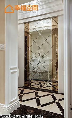 透过双色拼贴镜面放大空间感,也铺排出华丽的视觉享受。