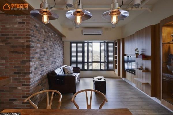 入门即见的空间底景,透过深色木百叶的线性修饰,去化铝窗冰冷与突兀。