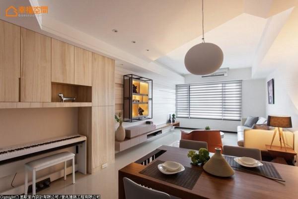 客、餐厅以开放方式表现,将客厅充裕的自然光线引入,搭配间接灯光,围塑温馨的餐叙氛围。