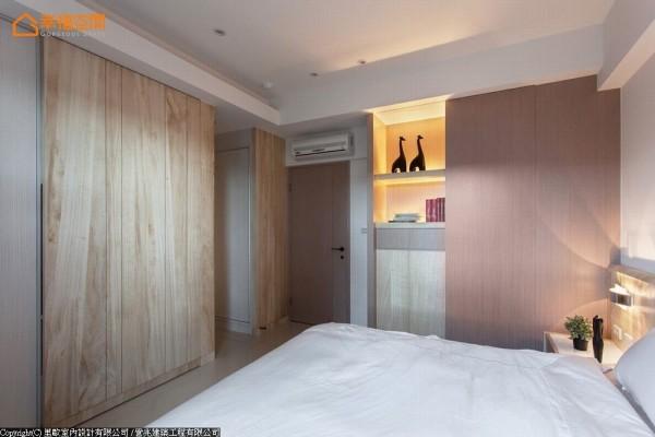 主卧空间承袭厅区的朴质、低调个性,透过材质纹理,引述自然的休憩意象。