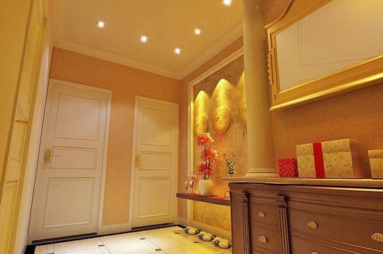 入门过道和客厅部分墙面使用砂岩来塑造现代欧式的厚重感。入门走道没有天光照明所以顶部暖色筒灯全部打开,呈现暖色调。