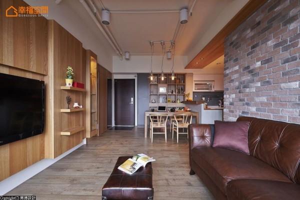 修改隔间而产生的地坪破坏,陈淑绢设计师藉以局部换材处理,创造出浑然天成的落尘区块。