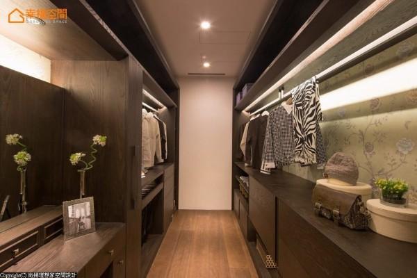 依照屋主需求量身规划的更衣室中,更运用畸零区规划抽拉式围巾收纳柜。