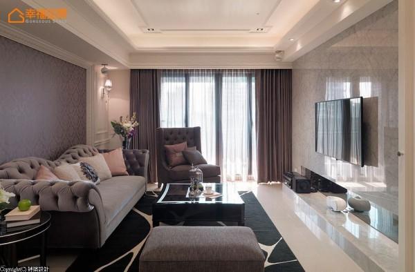 位移原本存在于客厅角落的房间入口,延展沙发背墙的完整尺度。