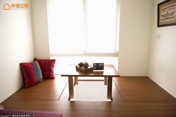 搭配活动式的和室桌以及上掀收纳,预留机能使用的灵活弹性。