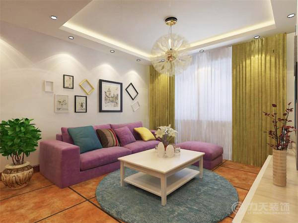 简单的诠释了现代简约风格的特点;沙发背景墙用简单照片墙做装饰,简单却不乏味