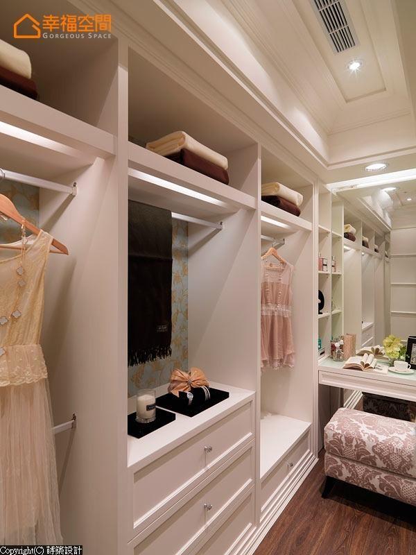 柜内缀以壁纸及照明设备,打造如精品橱窗般的更衣空间。