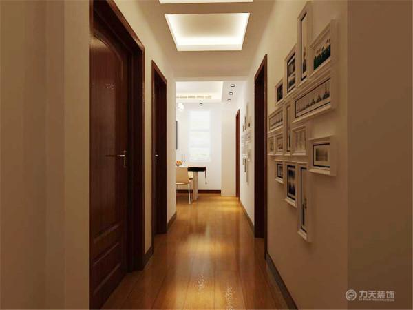 走廊比较暗,就做了两个灯池吊顶,加上射灯,可以照亮走廊,因为走廊比较长,就在走廊的墙面上也挂了照片墙
