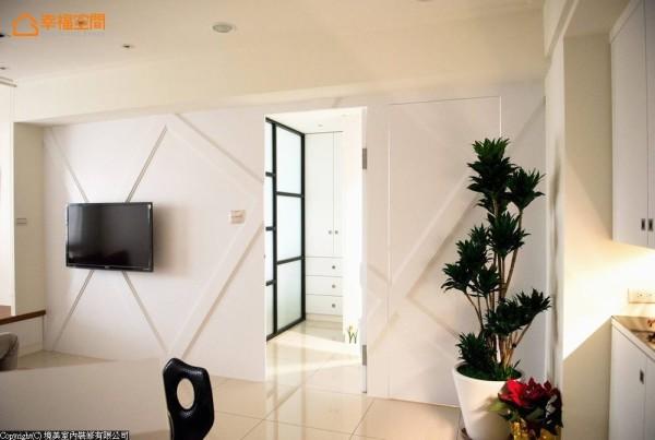 设计师藉由暗门手法收整立面,延续主墙面宽,而不显得零散破碎。