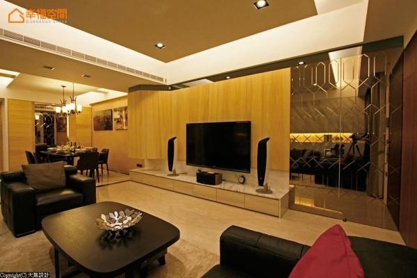 为强化电视主墙与空间的宽幅比例,设计师高志豪藉以材料为分割线,天然梧桐木佐以灰镜带出局部反射的视觉效果。