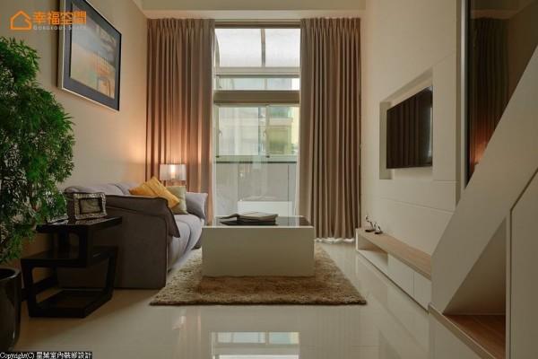 纯透净澈的落地采光,呼应着白色基底的空间调性,显得格外温暖宜人。