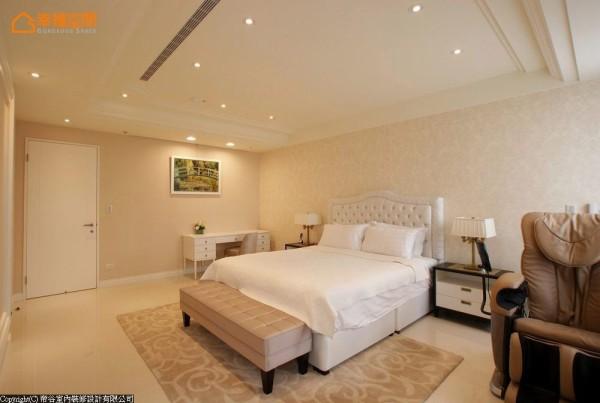 延续肤金色的轻奢华色调,进口壁纸与柔软的绷布床头板,铺陈舒适安定的主卧房空间。