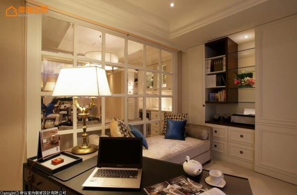 电视主墙后方的空间,原先为独立的一房,设计者将之一分为二,由壁炉旁拉门可进入书房空间。