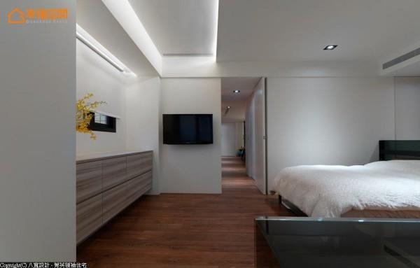 将卧室的视听机能面对阅读区块,照明规划也避免光线直射床铺,回归单纯舒适的睡眠品质。