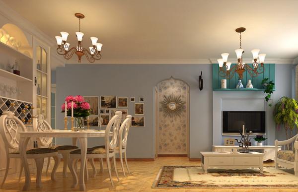 门框、墙面、椅面都是蓝与白的配色,金银铁的金属器皿,将蓝与白不同程度的对比与组合发挥到极致。