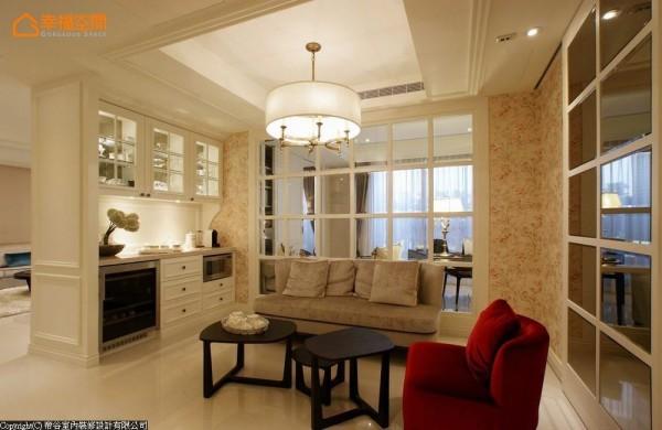以大面格窗与书房相隔,保留书房侧的采光的起居空间,配备简单的电器柜是家中的早餐咖啡厅。