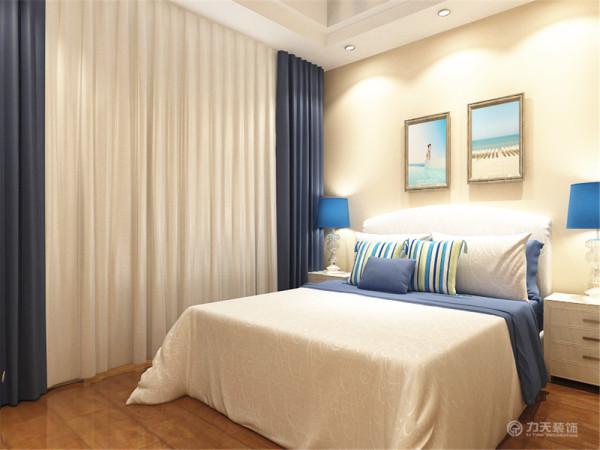 卧室多采用蓝色和白色,很好的与客厅做出了呼应,统一了风格,家具简单时尚色彩明快,自然,布艺采用简单的条纹装饰了空间的色彩,突出了地中海明快,明亮自然的特点