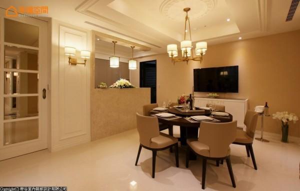 与起居空间相对的餐厅空间,以石材造型墙与厨房相隔;左侧的茶镜拉门为私领域的廊道动线的入口。