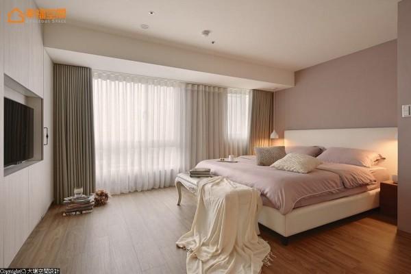 床铺避开贴近采光的梁体,以利落简洁的立面收纳起衣物与视听机能,创造单纯宽适的主卧空间。