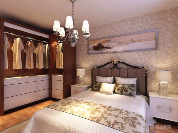 主卧没什么造型,主卧的床头背景墙也是用画和壁纸为主,墙体是以白色为主。