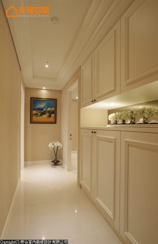 整合三间卧室与客用卫浴动线的狭长廊道,中段规划展示机能的收纳空间,端景的概念化去廊道的单调。