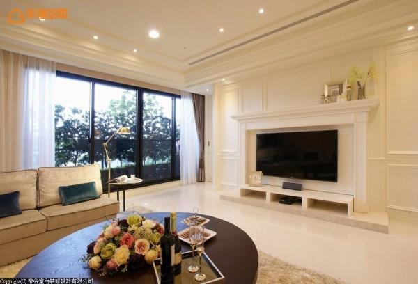 在白色的线板修饰立面中,大理石墩上,白色的壁炉造型电视墙,将机柜与线路