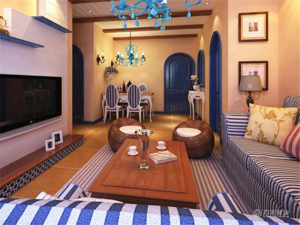 在客厅区墙面采用淡黄色的墙面漆配合蓝白色调会显得整个空间都很活跃。在沙发背景墙上选择了几个蓝白色的装饰盘作为墙面的装饰,虽然造型简洁但却大大增加了墙面的层次感,沙发采用了典型的地中海风格的蓝白条纹沙发