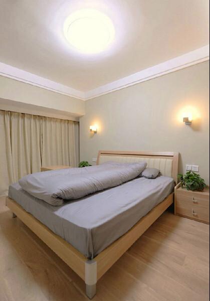 卧室图片来了。主卧很简单。两个壁灯发出的光好像两把扇子,是不是很好看呀?!壁灯是橡木托壁灯。床的两边我放了绿色植物,不仅为了好看,也是为了环保。