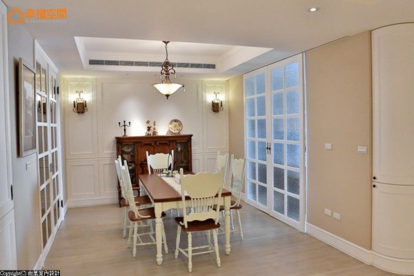 以美式古典的对称式语汇规划,复古造型的餐柜做为端景重心,完美营造用餐氛围。两侧同样对称的对开白色格状门扇,分别为通往厨房及储藏室的动线。