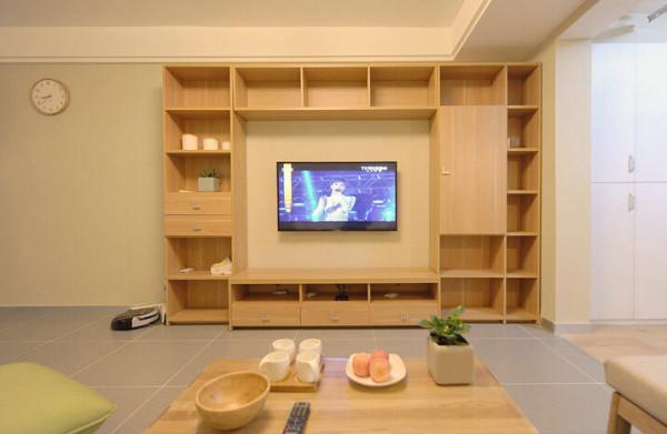 电视机墙设计师设计成了书架墙,很实用的吧。因为自己说过不要电视机背景墙,于是设计师就做了这种创意。书架墙是在朋友推荐的家具工厂定制的,用料、价格、样式都很满意。书架墙的左边只挂了个钟