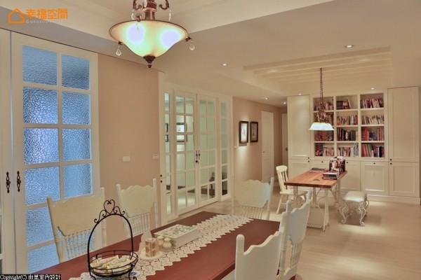 与餐柜景致相对,阅读区利用墙面规划充足的书籍收纳,将空间墙面妥适运用,左侧为通往两间次卧的动线。