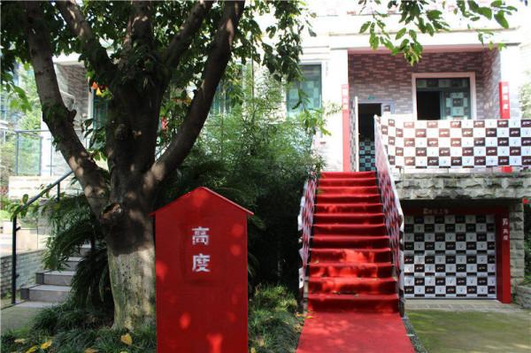 过了小桥就到了高度国际装饰的施工现场,红色的信箱,红色的地毯,黑白格的楼梯,门窗保护是高度国际装饰的特色!