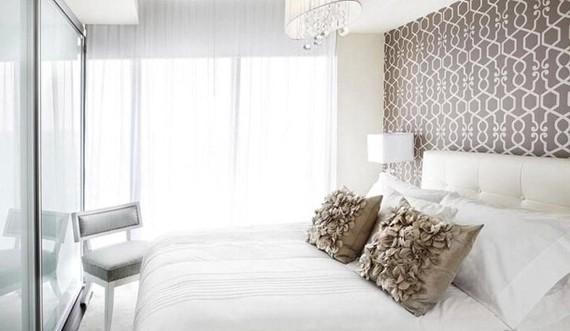 白色和奶咖色是最能体现空间静谧的色彩,这间卧室虽只有两种简单的色彩,却将两种色彩完美结合,装饰的细节上也不马虎。