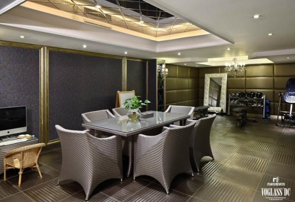 地下活动室中冷酷的金属砖、银灰色的家具、墙顶的软包和镜面烘托出现代前卫的风格。