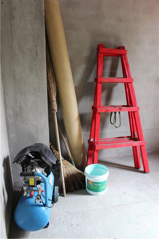 三层别墅带地下室,施工用的东西都放在统一的位置
