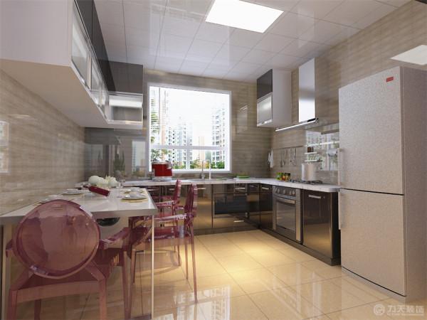 入户门过道处吊顶为平顶,下反150,与客厅吊顶错层,显得富有层次感,使空间线条不过与死板,也让客厅和餐厅以及厨房的功能区域划分更明确。