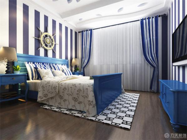 主卧地板采用强化复合地板。美观、耐磨,保养简单。墙面采用了与客厅相呼应的蓝白壁纸,床、床头柜和电视柜的颜色用了蓝色,那么床罩就用了白色加以衬托。床的背景墙采用了邮轮的设计,更加凸显地中海风格的特点
