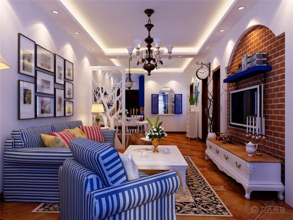 沙发背景墙挂了几幅照片墙,搭配蓝色条纹的沙发,使原本看似空洞的墙面增添了一丝新颖,简单却不乏味
