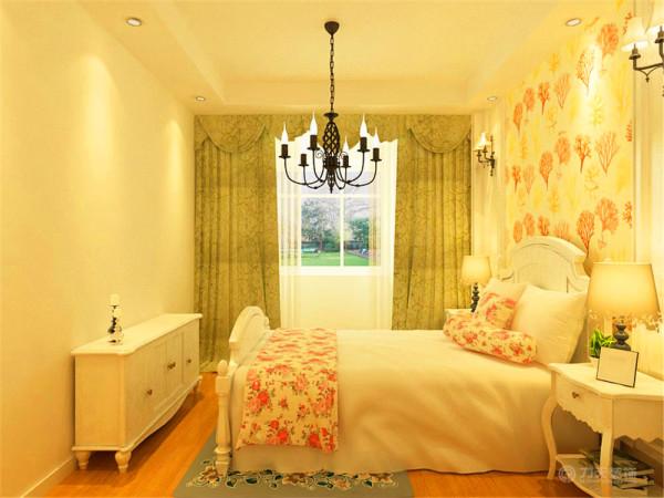 卧室并没有安装电视,是为了减少辐射带来的危害,使生活更环保健康舒适。布艺也用了碎花的材料,体现朴实,回归自然的感觉,绿色带有花纹的窗帘是很好的点缀,更加营造了田园的氛围