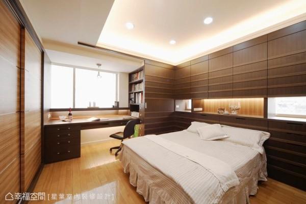 结合收纳与部分展示的主题设定,巧妙化解床头压梁于无形。