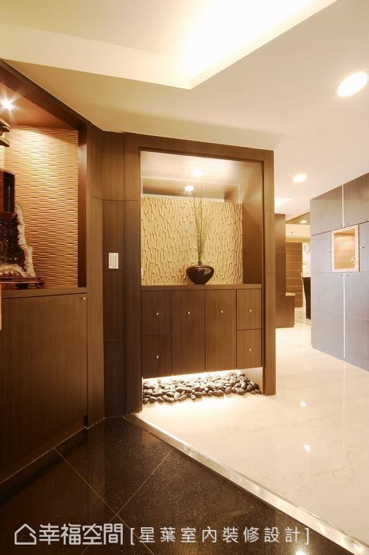 透过地坪材质的明确区别,定义出情境独立的玄关段落;注入双面柜规划下的机能巧思,划分更趋方正的厅区格局。